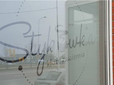 Oklejanie szyby w formie reklamy sklepu w Białymstoku
