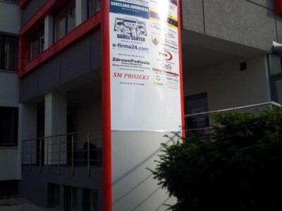 Pylon reklamowy z banerem reklamowym