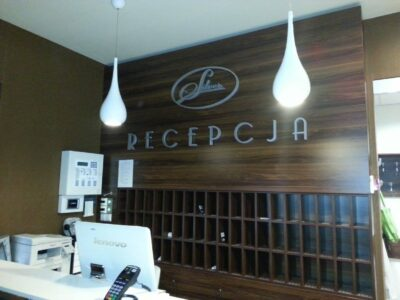 Reklama z logiem recepcji w hotelu w Białymstoku