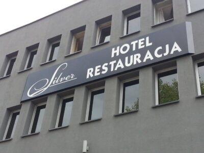 Szyld reklamowy w Białostockim hotelu