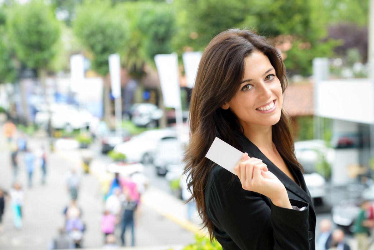 Kobieta z wizytówką